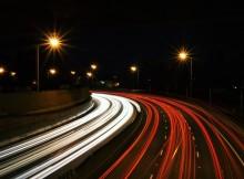 Automobili in corsa nella notte